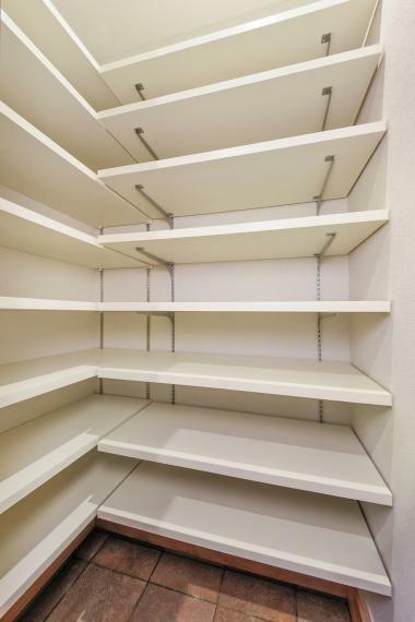 収納 一部住戸には玄関横にシューズインクローゼットをご用意。 ※写真は当社施工事例。