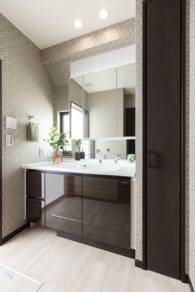 洗面化粧台 大きな鏡の洗面化粧台。 ※写真は当社施工例。