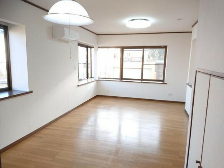 居間・リビング 【リフォーム済】1階12畳のリビングダイニング。天井・壁クロス張替、床クリーニング、照明器具交換、火災報知器設置しました。家族が寛ぐリビングは明るくきれいな空間に仕上げました。新生活を機に家具を新調してお部屋の雰囲気を変えてみるのも良さそうですね。
