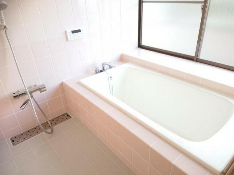 浴室 【リフォーム済】状態の良いユニットバスはクリーニングし、清潔に仕上げました。1坪のバスルームでパパも足を伸ばしてゆっくりくつろぐことができます。日々の疲れを癒してみてはいかがでしょうか。