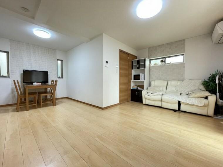居間・リビング 家族やお客様との時間など、多くの時を刻む空間。何気なく過ぎる時でさえも上質なひと時となる快適な空間を目指せます。 令和3年8月24日