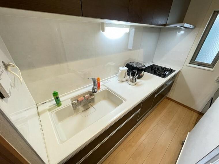 キッチン ホワイトを基調色にコーディネートされた清潔感と気品を醸すシステムキッチンは、油汚れが簡単に拭き取れる素材で加工されています。 令和3年8月24日