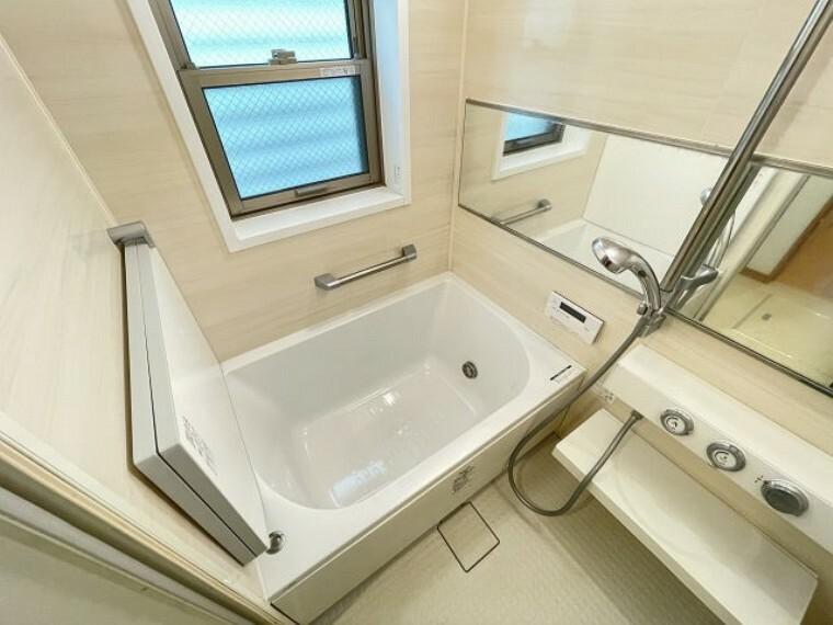 浴室 柔らかなカラーで清潔感を醸すバスルーム。一日の疲れを癒す寛ぎの空間です。 令和3年8月24日
