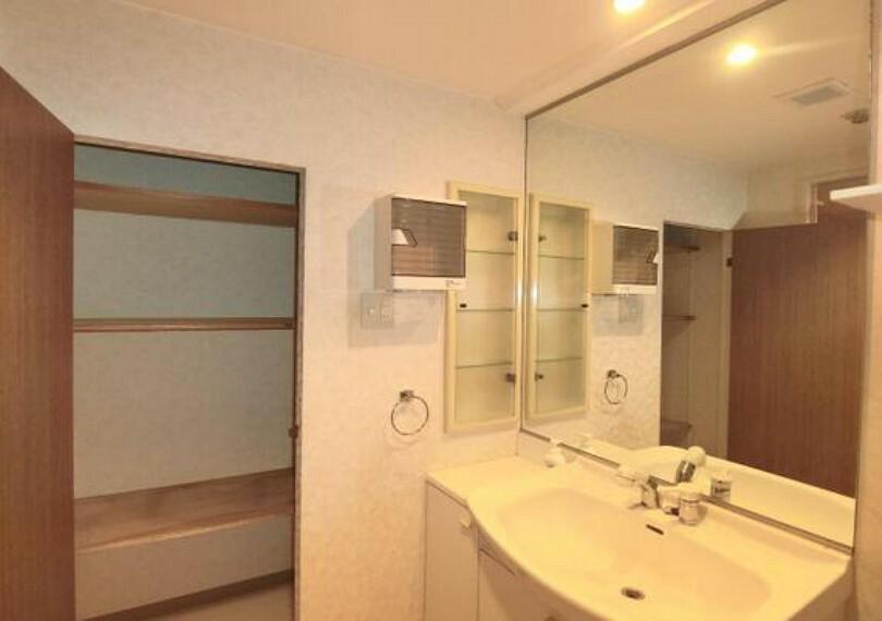 洗面化粧台 大きな鏡で、使いやすそうな洗面台です。