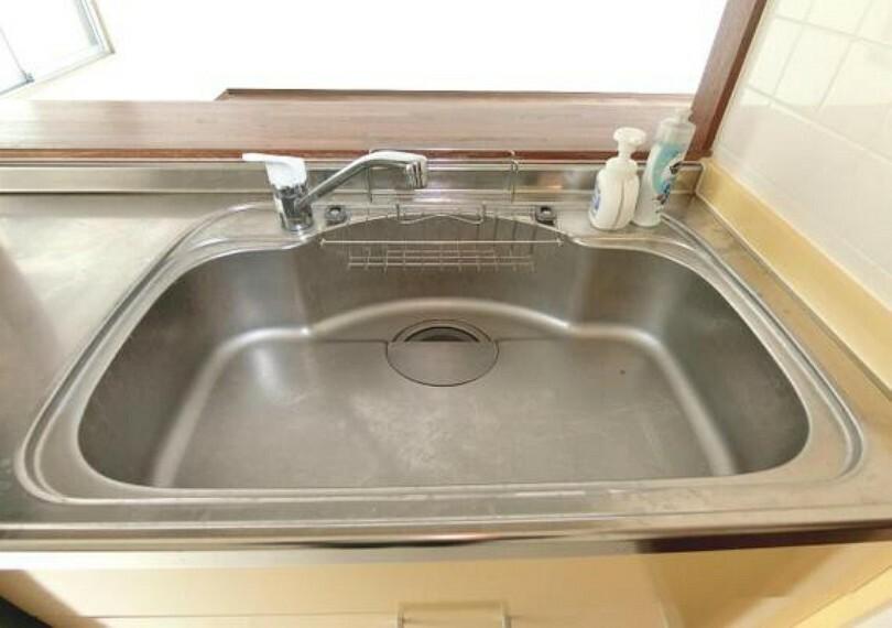 キッチン 大きなシンクで、フライパンや鍋などの洗い物も楽々。