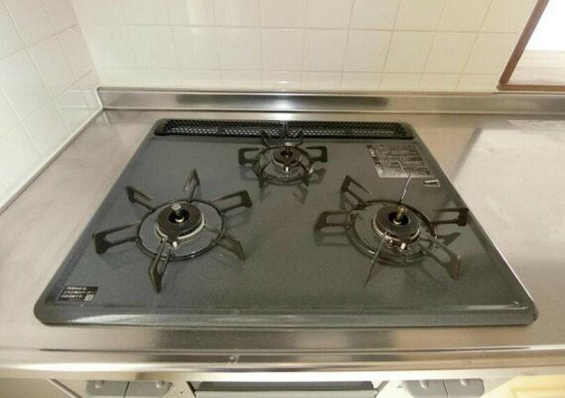 キッチン 3つ口コンロで、お料理がはかどりますね。