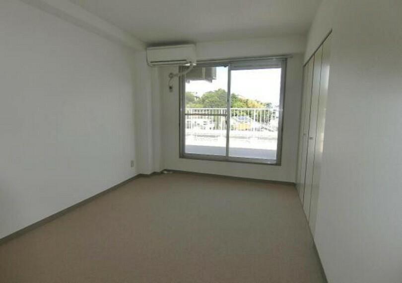 専用部・室内写真 バルコニーに面した約6帖の洋室です。