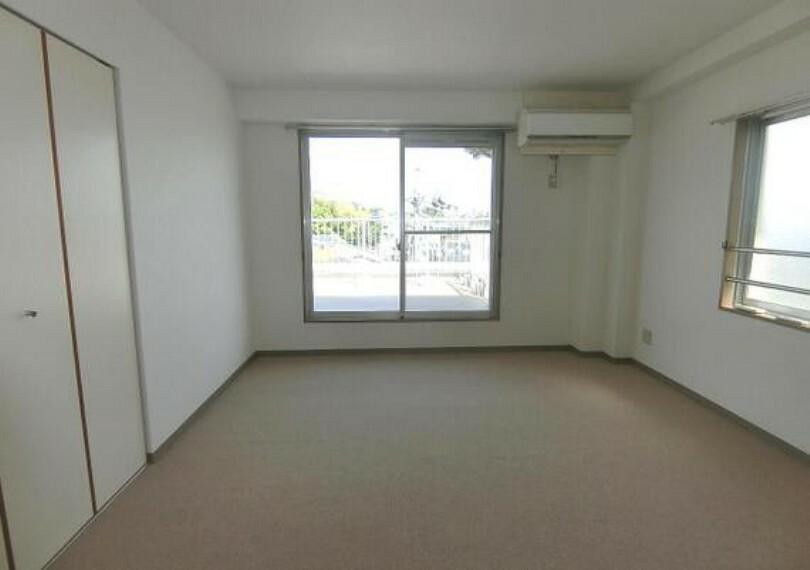 専用部・室内写真 バルコニーに面した約9帖の洋室です。主寝室にぴったりですね。