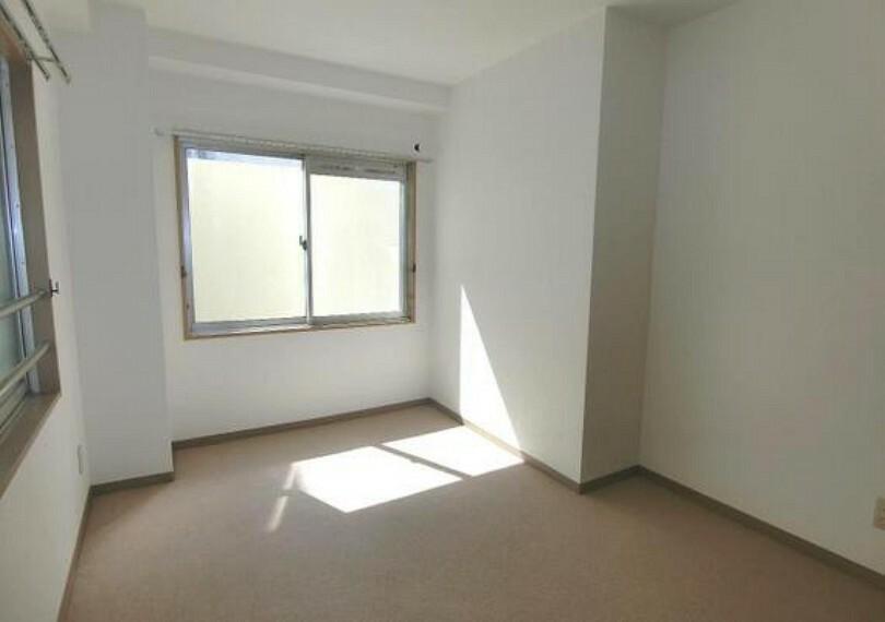専用部・室内写真 約5帖の洋室です。2面採光で明るく風通しの良いお部屋です。