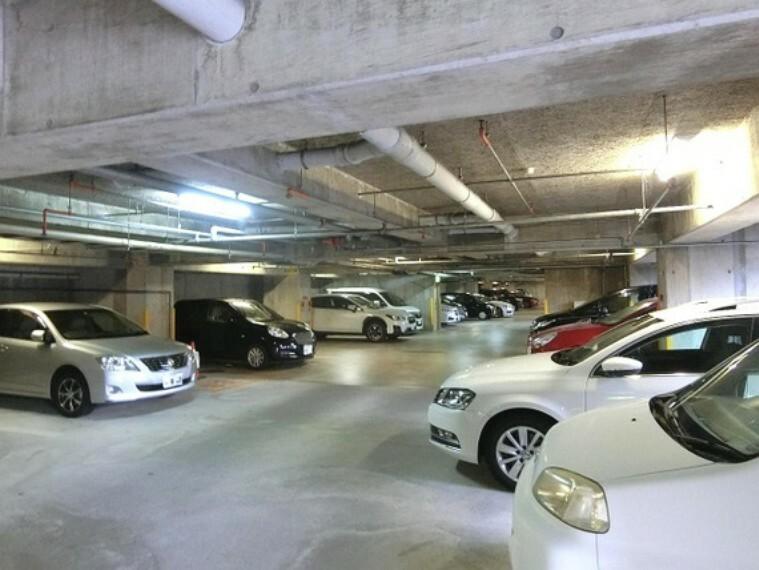 駐車場 自転車置場です。屋根付きがうれしいですね。