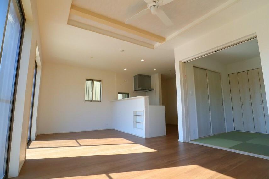 居間・リビング リビング  開放感のある折上天井  広々リビングで一家団欒の時間が増えそうですね