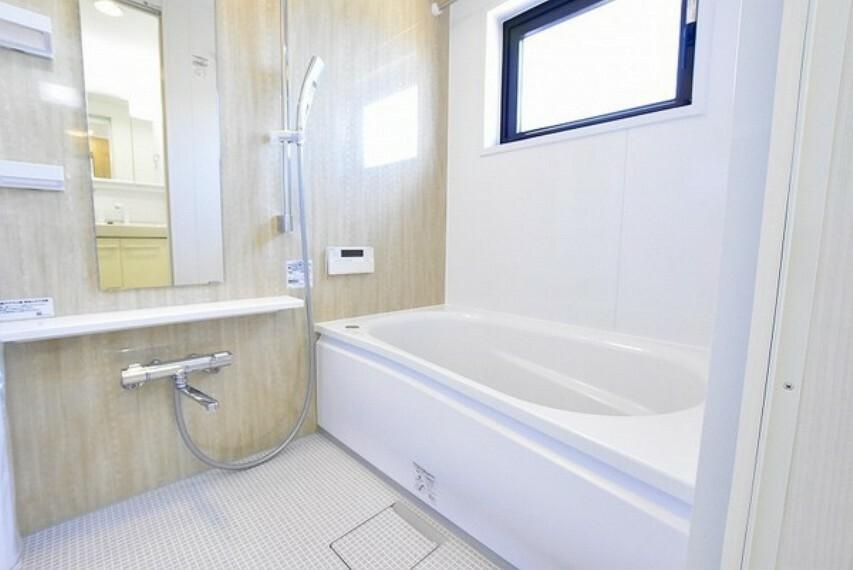 浴室 一日の疲れを癒すくつろぎのバスルーム~空気が籠らない様に小窓も設置しております。