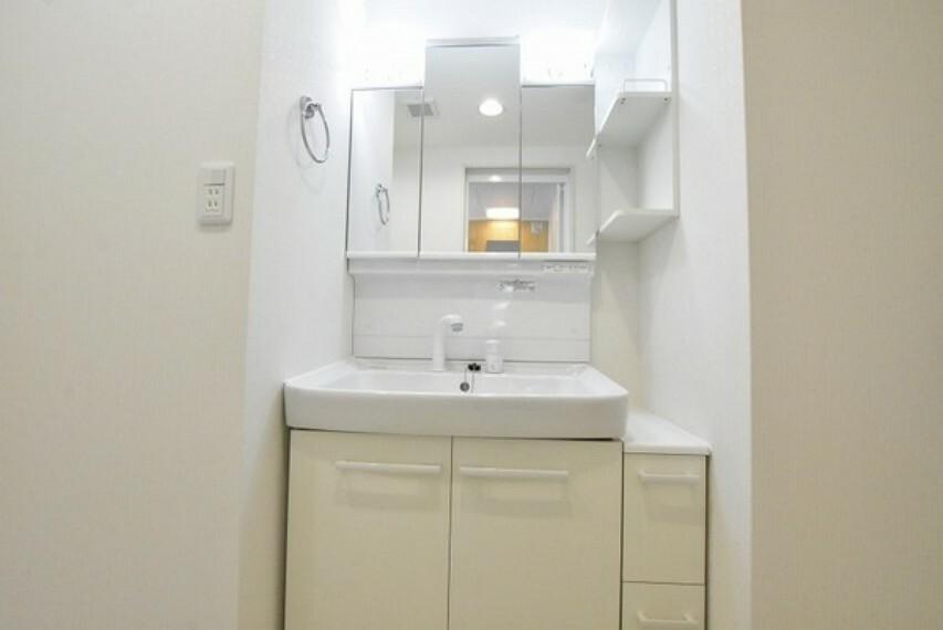 洗面化粧台 朝の身支度がはかどる三面鏡洗面台~鏡の裏は収納になっており歯ブラシや櫛、髭剃りなどの洗面用品をスッキリと収納できます。