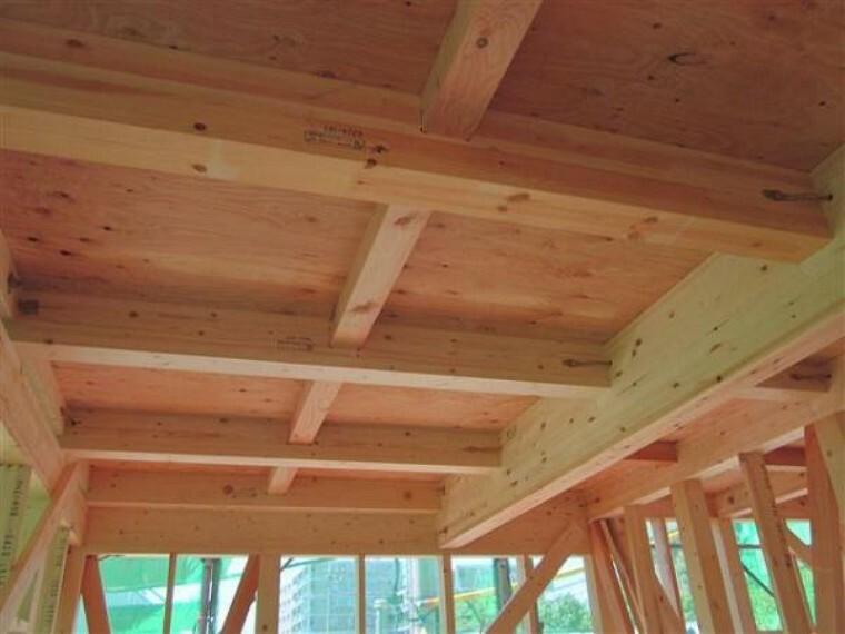 構造・工法・仕様 1階と2階の床に「剛床工法」を採用。これは構造用面材を土台と梁に直接留めつける工法で、横からの力にも非常に強い構造となります。