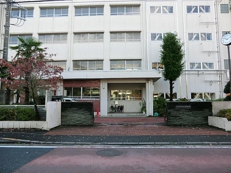 中学校 横浜市立新田中学校 人数多いが、先生の目は行き届いている トイレも新しくなってきていて清潔。 厳しい先生もいるが、子供には良いことだと思う。