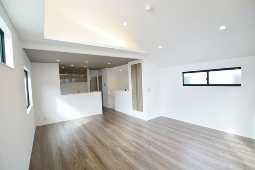 居間・リビング リビング、ダイニング、キッチンに一体感があり、且つ丁度よく家具の配置ができる形の為、とても使い易い設計です。