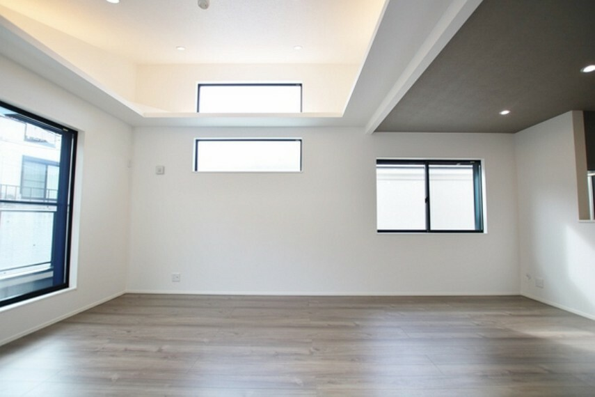 居間・リビング 2階のリビングにはバルコニーからの光が差し込みます