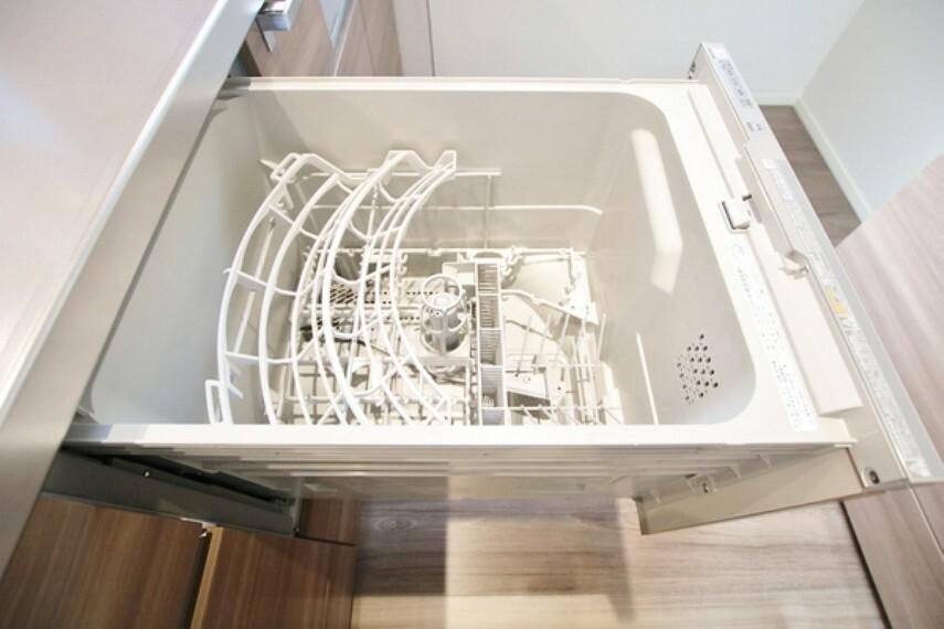 キッチン ビルトインタイプの食洗機。家族の食器を一度洗えてとても便利です。台所の生活感を隠せるのも良いですね。
