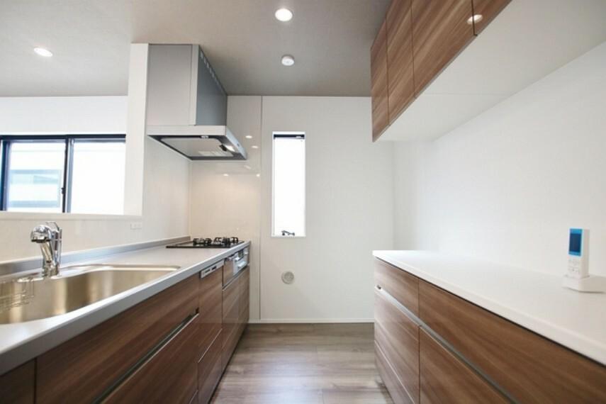 キッチン 広いキッチンでの料理は気分が良いものです。楽しくなると次から次へと作ってしまいます。