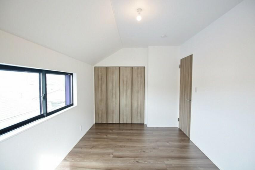 洋室 収納もしっかりとれていて、ゆとりある居室。