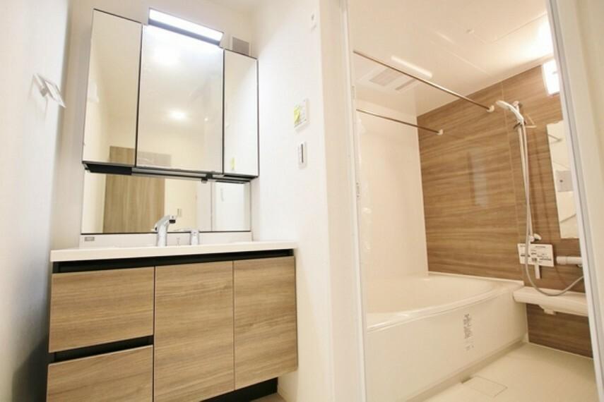 洗面化粧台 朝のバタバタした身支度を支えてくれる洗面台。