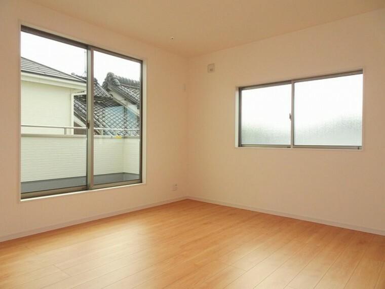 同仕様写真(内観) 2面採光で明るいお部屋には窓を開けると心地よい風が吹き込みます。