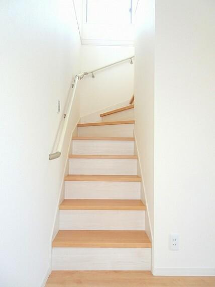 同仕様写真(内観) 廻り階段を採用で安心の手すりも付いております。