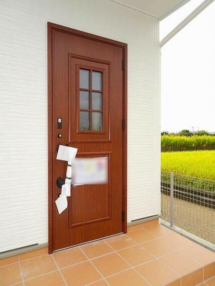 玄関 電気施錠のカードキー付ダブルディンプルキーのついた玄関ドアは防犯対策もバッチリです。オウチの顔として存在感が違います。