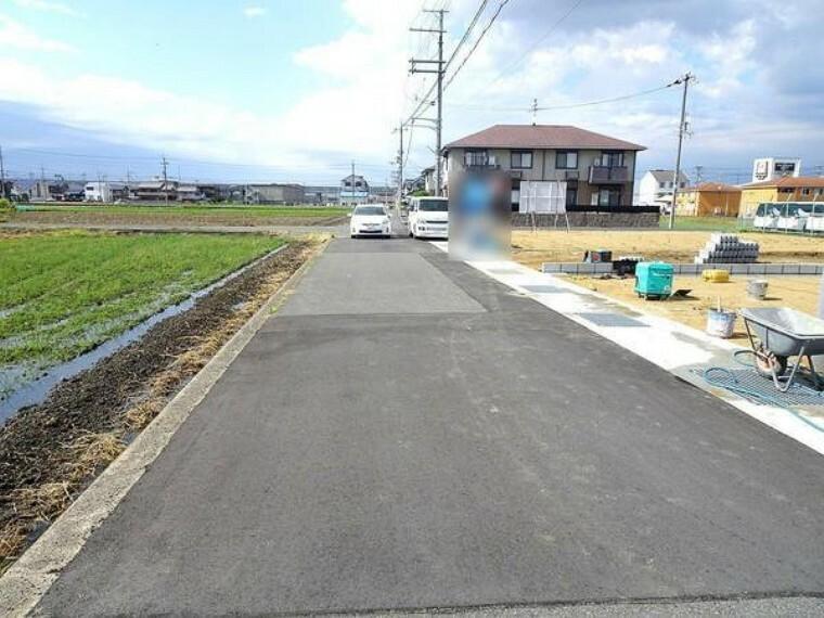 現況写真 前面道路は約5.5mあり、駐車もラクラクで広い道路は気持ちいいですね。