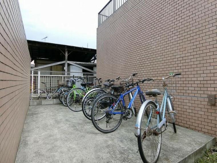 駐輪場 マンション北側にある自転車置き場。自転車は整然と並び、管理の良さや住人の方々のマナーの良さが伺えます