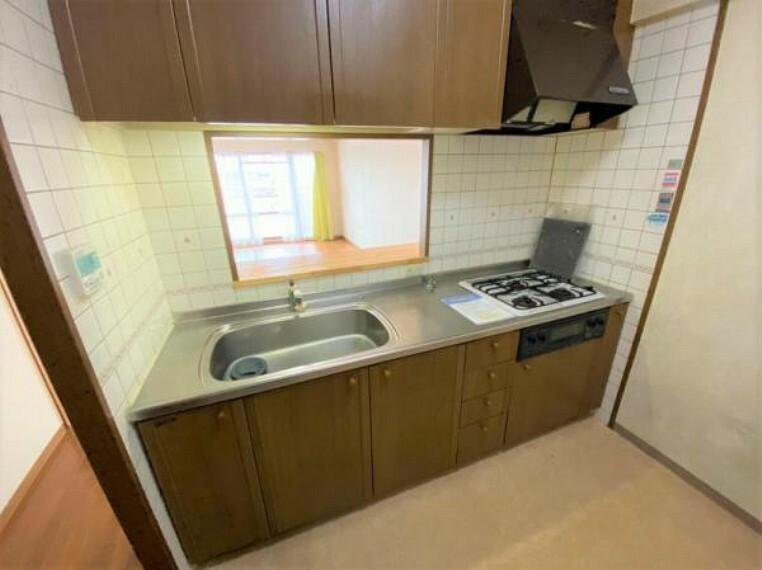 居間・リビング キッチンのスペースが広々としているので冷蔵庫などを置いても圧迫感がございません
