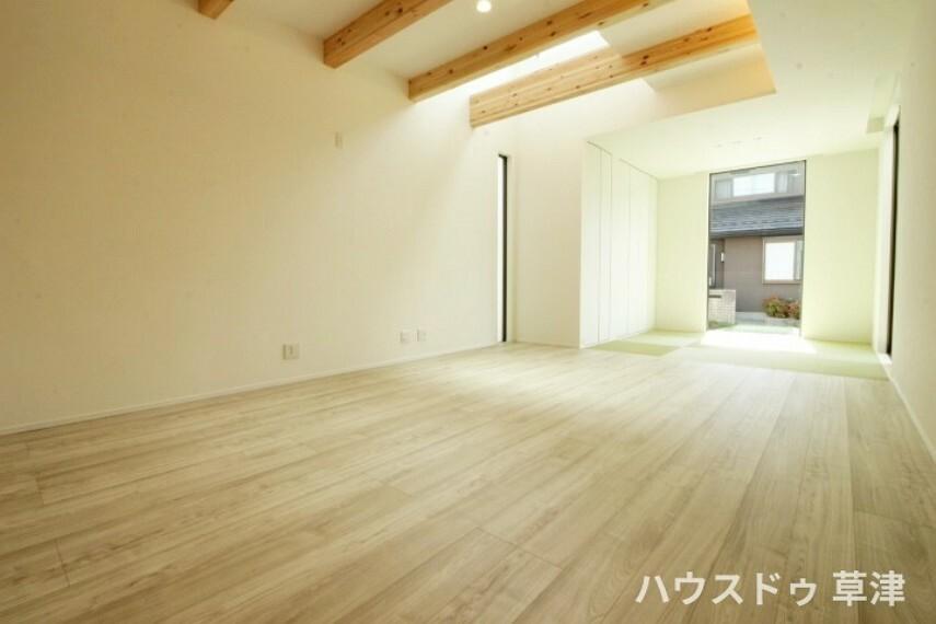 居間・リビング LDKと和室がフラットに繋がるお家です。 小さなお子様を和室で遊ばせる際にも安心感がありますね。