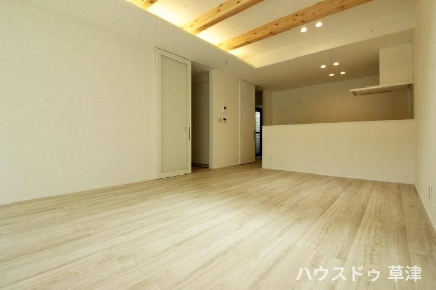 居間・リビング ダウンライトと間接照明が、温もりのある空間を創り出します。 ご家族にとって心地の良い空間になりそうですね。