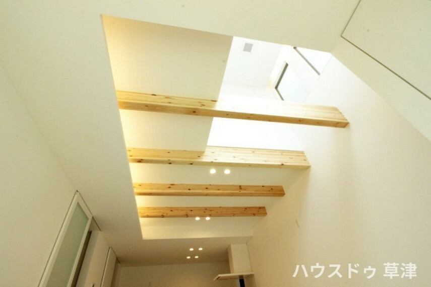 居間・リビング LDKの上部には、吹抜がございます。 開放感と穏やかな光に包まれますね。