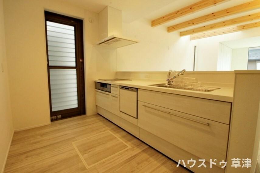 キッチン ホワイトを基調としたキッチンには、勝手口がございます。 ごみなどを外に出す際にも便利ですね。