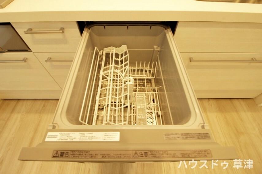 キッチン 食器洗浄乾燥機がございます。約5人分の食器を入れることができます。 一度に洗浄と乾燥を行うことができますね。