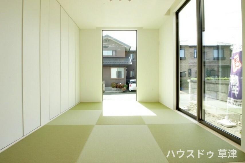 和室 約4.5帖の和室には、縁のない琉球畳を採用しております。 天井まで続く窓やクロークが開放感をより感じさせてくれます。
