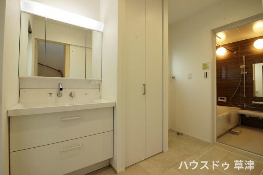 洗面化粧台 広々とした洗面所には、可動式棚のシェルフがございます。 ストック用の洗剤やタオルなどの収納にもぴったりですね。
