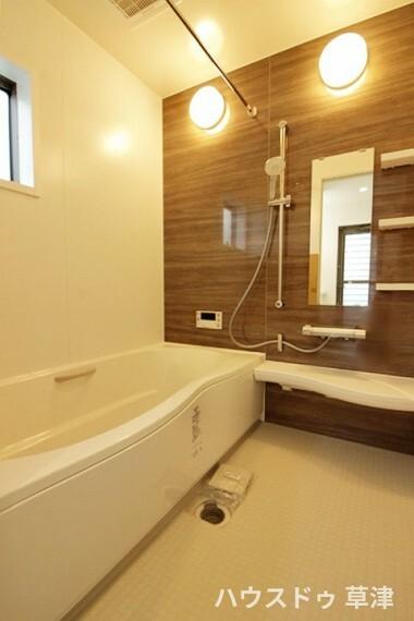 浴室 落ち着いた印象の浴室です。 手すりもあり、ご家族みんなに優しい設計になっています。