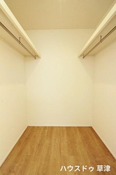 ウォークインクローゼット 主寝室のウォークインクローゼットです。ハンガー物も掛けることが可能です。
