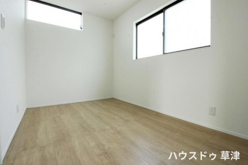 洋室 二面採光のお部屋ですので光や風通しが良く心地よい空間になりそうですね。