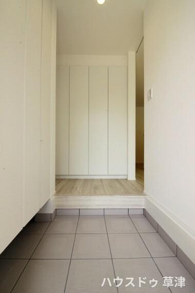 玄関 玄関には左側と前面に靴箱があり、たくさんの靴を収納できます。一人ひとりが何足か持っていても安心できる収納量です。