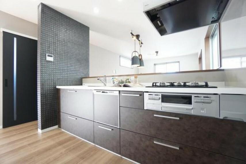 同仕様写真(内観) \同社施工例/オープンキッチンなので、お料理や片づけ中でもご家族との会話を楽しむことができ、毎日の家事を楽にしてくれる食洗器付きです