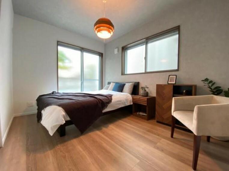 同仕様写真(内観) \同社施工例/広々とした洋室にはたっぷり収納できるウォークインクローゼット付きです!1番広いお部屋はご夫婦の寝室としてぴったりですね。