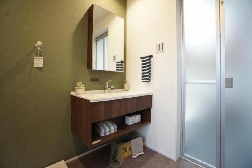 同仕様写真(内観) \同社施工例/鏡と洗面ボウルがセパレートタイプの洗面はホテルみたいな洗面室。かごなどを下に置いて収納すると、使い勝手よく生活感を隠せますね。