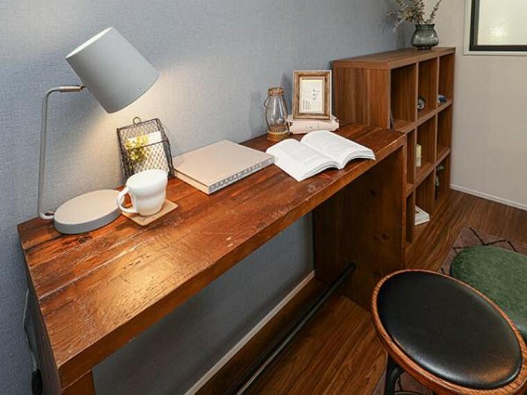 同仕様写真(内観) \同社施工例/お部屋の1か所に自分の好きな空間を作るのも楽しいですね。読書やpcをする空間としても、朝の支度をする場所としても便利です。