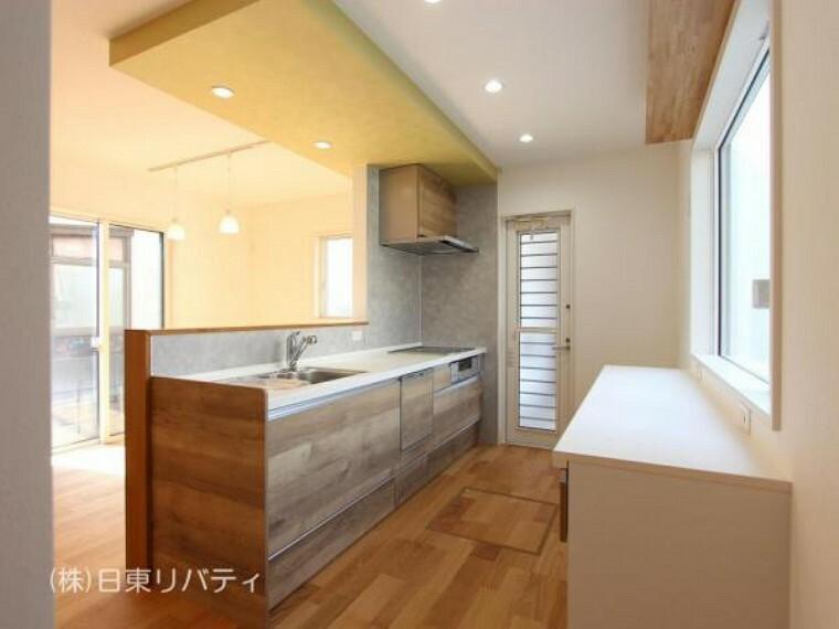 ダイニング 対面式キッチンには大きな窓があるので明るく、換気もしっかりできます。