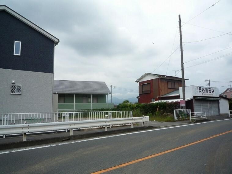 現況写真 北東側前面道路は幅員約8.4mと広く駐車も楽々