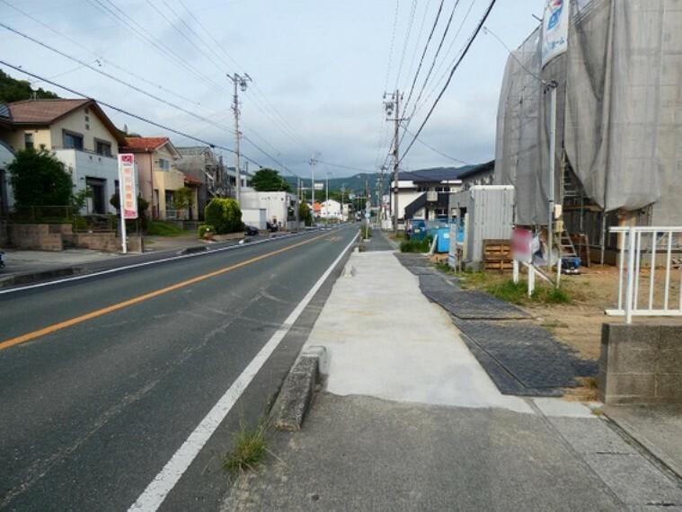 現況写真 前面は歩道付の子供も安心な道路に接道しています。