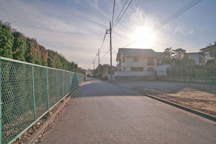 現況写真 比較的交通量の少ない前面道路です。小さいお子様と一緒でも安心してお散歩ができますね。